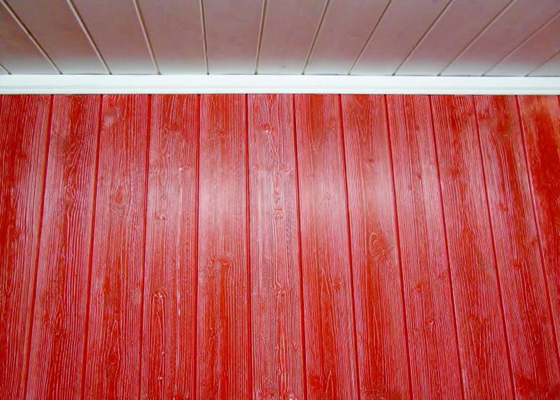 Kontrastvärvidega viimistletud sisevoodrilauast sein, punane-valge